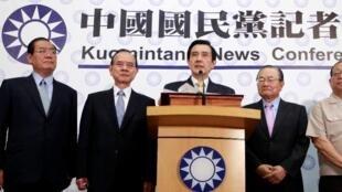 马英九(中)赢得连任后在国民党总部记者会上2013年7月20日。