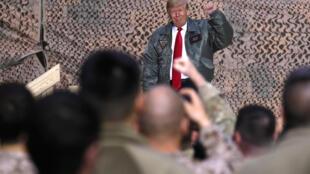 O presidente americano Donald Trump faz declarações às tropas dos EUA em uma visita surpresa à Base Aérea de Al Asad, no Iraque. 26 de dezembro de 2018.