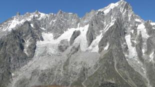 Vue de la face sud des Grandes Jorasses avec le glacier de Planpincieux à gauche.