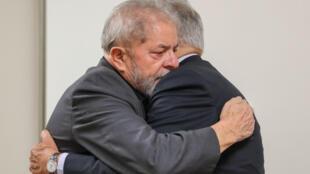 El expresidente de Brasil, Fernando Henrique Cardoso da la pésame al Luiz Inacio Lula da Silva.