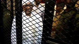 O antigo Presidente sudanês, Omar el-Béchir, no tribunal de Cartun.