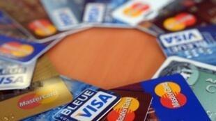 Un individu moyen pourrait ingérer l'équivalent plastique d'une carte de crédit par semaine, tant le plastique entoure son alimentation.