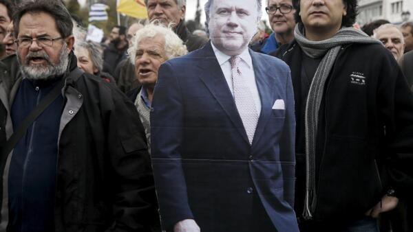 Le syndicat du secteur public Adedy a défilé avec une effigie en carton du ministre du Travail George Katrougalos. Athènes, le 16 janvier 2015.