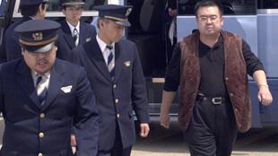 Kim Jong-nam (P) bị cảnh sát Nhật bắt giữ tại sân bay Narita, Tokyo, Nhật Bản, ngày 4/05/2001 vì dùng hộ chiếu giả.