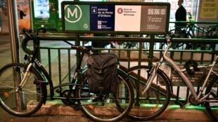 Une photo, prise le 19 décembre 2019, montre deux vélos stationnés à l'entrée d'une station de métro à Paris, le 15e jour de grève contre la réforme des retraites.