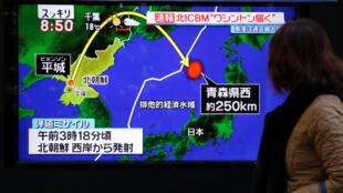 Truyền hình Hàn Quốc loan tin về vụ bắn tên lửa  Bắc Triều Tiên ngày 29/11/2017.