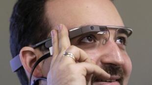 Jami'in Google Maximiliano Firtman da sanye da gilashin fasaha da suka samar