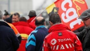 Бастующие против пенсионной реформы работники французского НПЗ компании Total 7 января 2020.