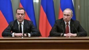 Tổng thống Nga Vladimir Putin (P) và thủ tướng Dmitry Medvedev trong cuộc họp tại Kremlin, Matxcơva, ngày 15/01/2020