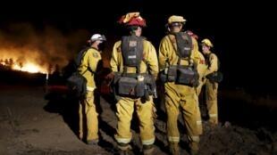 Bombeiros lutam contra série de incêndios an Califórnia, na madrugada desta terça-feira, 4 de agosto de 2015.