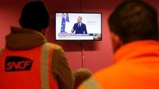 Des cheminots grévistes regardant le discours d'Édouard Philippe du 11 décembre 2019 où il présentait la réforme des retraites (image d'illustration).