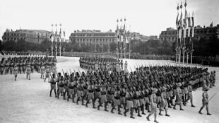 Les tirailleurs sénégalais défilant sur les Champs-Elysées à Paris.