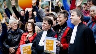 La directrice et les avocats de l'ONG Urgenda devant la Cour suprême des Pays-Bas le 20 décembre 2019.