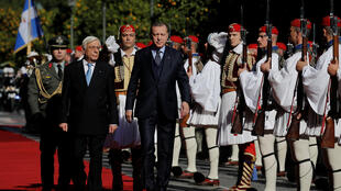 ប្រធានាធិបតីក្រិកលោក Prokopis Pavlopoulos (ឆ្វេង) និងសមភាគី តួកគី លោកTayyip Erdogan