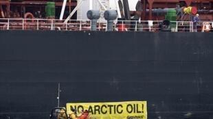 Navio do Greenpeace, Rainbow Warrior, cercado pela polícia de Roterdã, na Holanda, em 1° de maio de 2014.
