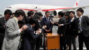 Le Premier ministre japonais Shinzo Abe, lors d'une conférence de presse, à l'aéroport de Tokuo avant son départ pour une tournée que le conduira dans six pays, le 22 avril 2019.