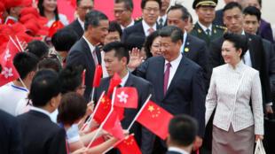 习近平和彭丽媛抵达香港机场2017年6月29日