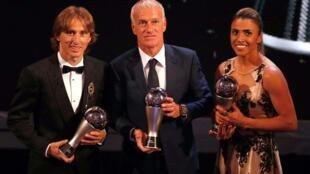 Luka Modric (T), Didier Deschamps (G) và Marta tự hào với những phần thưởng của FIFA 2018.