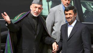 Tổng thống Afghanistan Hamid Karzaï (trái) đón tiếp người đồng nhiệm Iran Mahmoud Ahmadinejad, tại Kabul, ngày 10/03/2010