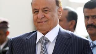 O candidato único das eleições no Iêmen, Abd-Rabbu Mansour Hadi, sorri para fotos nesta terça-feira.