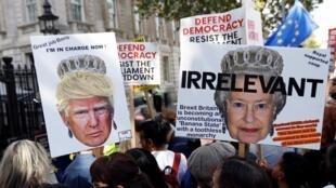 Em Londres, manifestantes opositores ao Brexit carregavam cartazes denunciando os interesses de Donald Trump no Reino Unido e a irrelevância da rainha Elizabeth II.