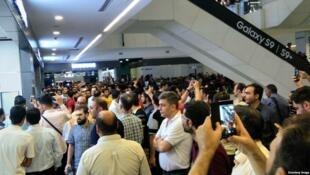 """کسبه پاساژهای """"علاءالدین"""" و """"چارسو"""" در اعتراض به نابسامانی بازار ارز، مغازههای خود را تعطیل کردند"""