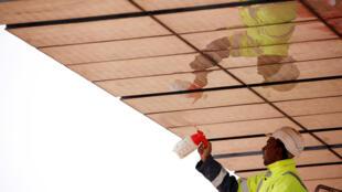 Un obrero limpia una placa solar en Noor III. Marruecos, 4 de noviembre de 2016.