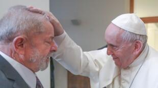 Lula recebe bênção do papa Francisco durante encontro no Vaticano.