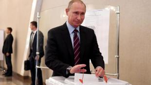 Президент России Владимир Путин голосует на муниципальных выборах в Москве, 10 сентября 2017 года.