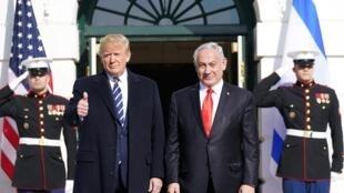 Aux côtés de Benyamin Netanyahu, le lundi 27 janvier 2020, à Washington, Donald Trump a dit croire en la réussite de son plan de paix.