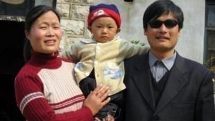 O dissedente chinês Chen Guangcheng posa com a esposa e a filha.