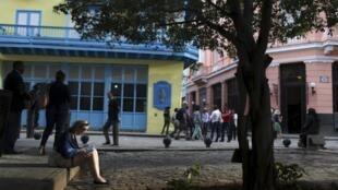 Turista consulta guia no bairro de Havana Velha.