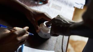 Un électeur trempant son doigt dans l'encre après avoir voté à Bamako, le 12 août 2018, au second tour de l'élection présidentielle.