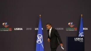 11月20日奥巴马在里斯本举行新闻发布会后离开讲坛