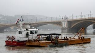 """Equipes de resgate procuram sobreviventes do naufrágio do """"Mermaid"""" na noite de quarta-feira (29) no rio Danúbio, em Budapeste."""