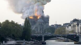 """Incêndio em curso na sé catedral de Paris """"Notre-Dame"""" a 15 de Abril de 2019."""