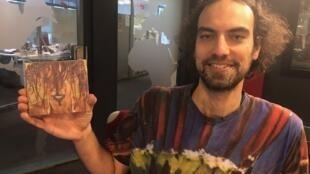 """O músico carioca Jonathan da Silva exibe o disco """"Sociativa"""", lançado no mês de fevereiro de 2019."""
