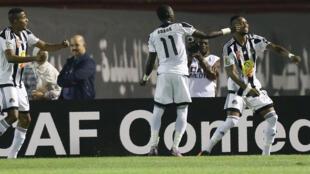Les joueurs du TP Mazembe, Christian Kouamé Koffi (g), Adama Traoré (c) et Jonathan Bolingi (d), fêtent le but de ce dernier sur penalty lors du match aller face au MO Béjaïa (1-1) le 29 octobre à Blida en Algérie.