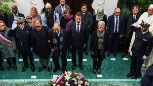 Le ministre de l'Intérieur, Christophe Castaner (au centre), lors d'un hommage aux soldats musulmans, le 7 novembre 2019, avec Dalil Boubakeur, recteur de la Grande Mosquée de Paris, à ses côtés.