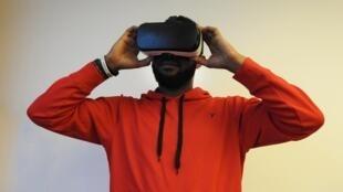 Un utilisateur de casque de réalité virtuelle.