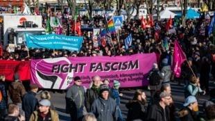 Le 15 février, plusieurs milliers de manifestants se sont rassemblés à Erfurt, capitale de la Thuringe, pour protester contre l'extrême-droite.