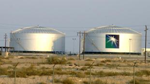 دو مخزن نفت شرکت آرامکو در منطقۀ «بقیق» در عربستان - ٢۵ فوریه ٢٠٠٦