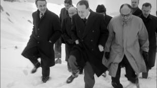 Le plateau des Glières, symbole de la Résistance, a toujours été un haut lieu de pélerinage pour les responsables politiques: ici, en janvier 1966, André Malraux, alors ministre d'Etat en charge de la Culture du général de Gaulle.