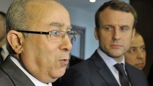 Le candidat Emmanuel Macron (d) au côté du ministre algérien des Affaires étrangères Ramtane Lamara, lundi 13 février 2017, à Alger.