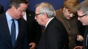 Aperto de mãos do primeiro-ministro britânico David Cameron e Jean-Claude Juncker, presidente da comissão europeia, de 18 de fevereiro, de 2016, em Bruxelas