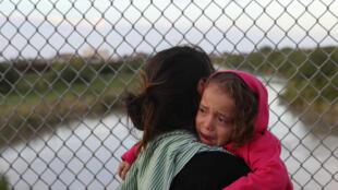 Hondurenha na fronteira mexicana faz parte da caravana de migrantes que tenta entrar nos Estados Unidos, país que boicotou a cúpula da ONU.
