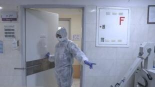 مقامات ایرانی که پیش از این ورود ویروس کرونا به ایران را تکذیب میکردند، از عصر چهارشنبه سی بهمن، افزایش شمار مبتلایان به ویروس کرونا را تائید کردند.