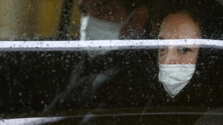 Dân Iran đeo khẩu trang để phòng chống virus corona, kể cả khi đi xe taxi. Ảnh chụp tại Teheran (Iran) ngày 25/02/2020.