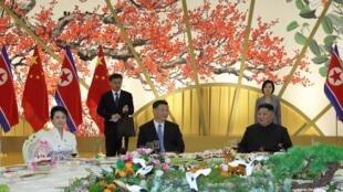 Xi Jinping et Kim Jong-un à Pyongyang (photo non datée) publiée le 21 juin par l'agence nord-coréenne KCNA.