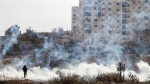 Forças israelenses atacam com gás lacrimogêneo  protesto contra a decisão do reconhecimento de Jerusalém por Donald Trump como capital de Israel, em 21 de dezembro de 2017.